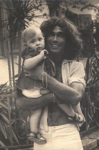 Jorge Mautner e sua filha Amora no colo