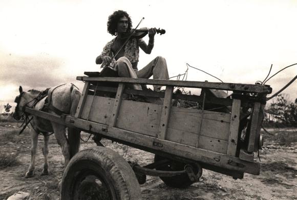 Jorge Mautner em carroça cigana